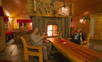 Oleskeluaulassa takka Lobby with fire place
